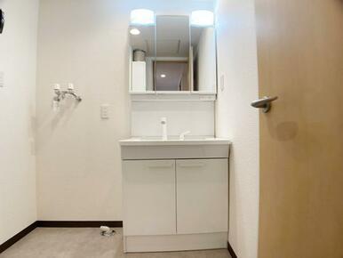「洗面台」新品に交換済みです。3面鏡タイプで、鏡裏には収納スペースがあります。