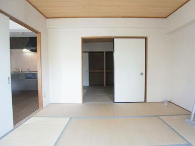 南側の和室になります。各部屋扉があり、行き来しやすいです。