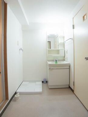 独立洗面台で、急ぎの朝も安心。洗濯機置き場