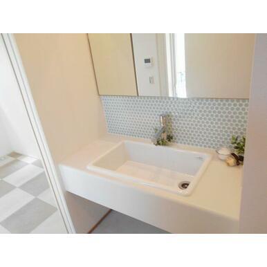 LDKとサンコートの間にある洗面室。どちらからも使えて便利!タイル張りが可愛いです♪
