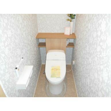 1階トイレ。タンクレスでスタイリッシュ!背面の収納棚も便利です!