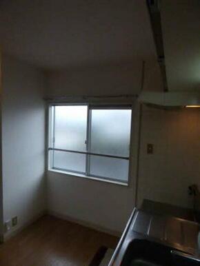 キッチン横には大きな窓が有ります☆