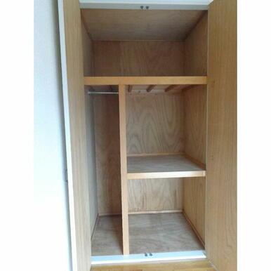 洋室の収納。ハンガーラックもついていますし押入れもあるので、収納力高いです。
