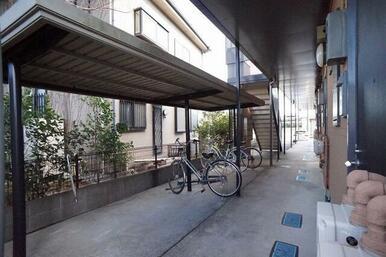 敷地内に屋根付き駐輪場が設置されております。