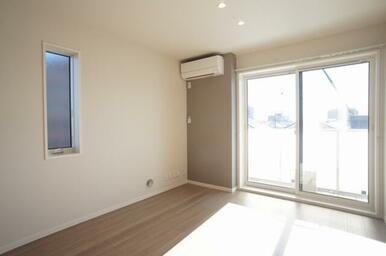 2面に窓のある、おしゃれなアクセントクロス、エアコン、バルコニー、LED照明付のリビングです。