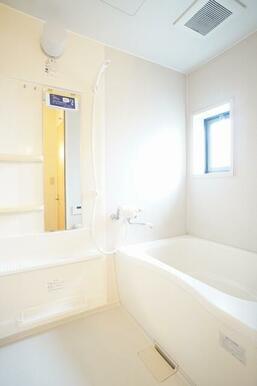 換気窓のある明るい、シャワー、大きな鏡のツールパネル付のバスルームです。