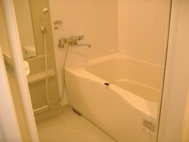 【浴室】シャンプーが置ける台や鏡がついている浴室です♪