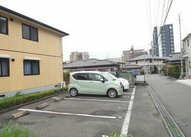 お部屋に1台駐車場がついてます☆