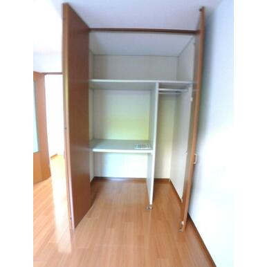 【収納】お部屋の収納はクローゼットです☆ハンガーパイプと枕棚で収納を応援☆天井近くまで高さがあり上下