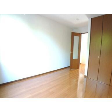 【洋室】南東向きのお部屋です♪収納はクローゼット収納があります☆