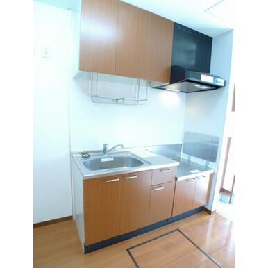 【キッチン】ご入居者様が手持ちのコンロを使えるキッチンです☆キッチンには上下に収納スペースも確保して