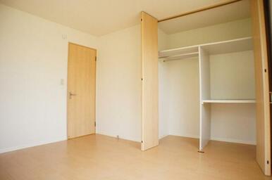 北側の洋室にも収納がたっぷりあります。