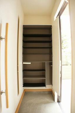 玄関には脱ぎ履きに便利な手摺が付いています。シューズボックスも段の高さを変えることができ用途により使