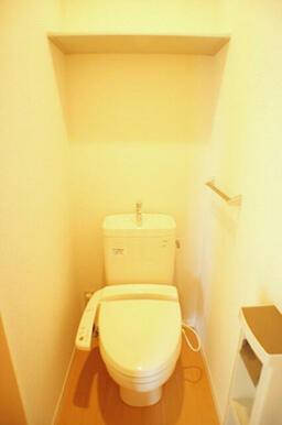洗浄機能の付いた暖房便座です。上部には棚もあるので収納も充実しています。