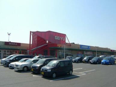 アパートから徒歩12分(940m)の所に24時間営業のスーパーがあります。忙しい方には助かります♪