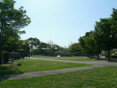 アパートから13分(1050m)の所には大きな公園があります☆子供と遊ぶ場所にはもってこいですね♪