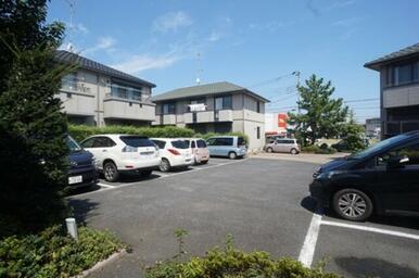 敷地内駐車場・屋根付き駐輪場・専用ゴミ置場有り。