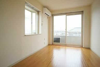 DKとつながる角部屋南向きで明るい洋室5.5帖 エアコン付き