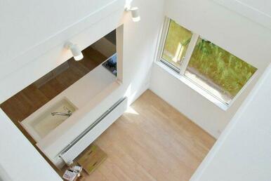 2階吹き抜けから見下ろすキッチン