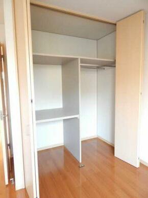 床から天井までたっぷり収納できます。棚やハンガーパイプもあるので効率良く荷物や衣類を収納できます。