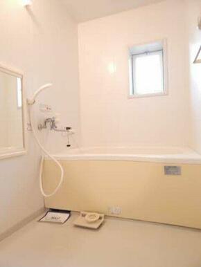浴室は小窓があり明るい印象です。