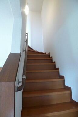 階段には安全手摺を設置しています★