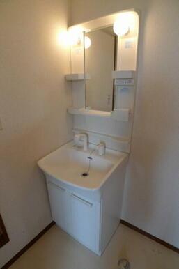 洗面化粧台は大型ボウル採用で、使い勝手が自慢です。水栓はシャワー水栓となります♪