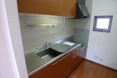 キッチンには自然換気出来る小窓をご用意しています。しっかり光も採り込みます♪