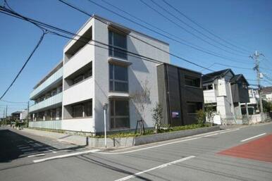重量鉄骨造3階建てオートロック仕様のマンションです。最寄りは東武スカイツリーライン「新越谷駅」・「越