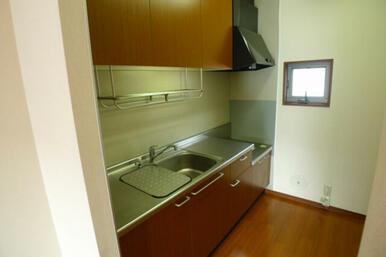 ☆キッチンは吊戸収納もご用意しており、キッチンまわりをいつでも綺麗に保てます♪