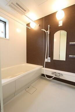 おしゃれなカラーパネル、換気窓付の明るいバスルームです。浴室乾燥機は乾燥・暖房・冷房機能も付いており