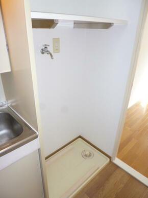 便利な棚付きの室内洗濯機置場