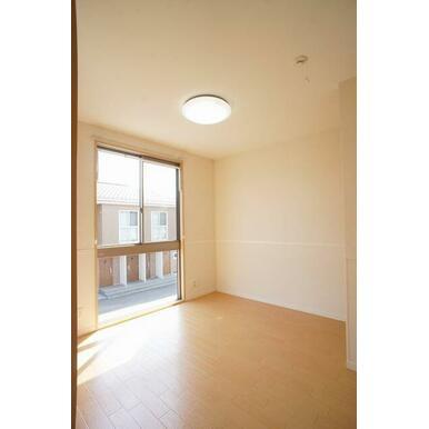 【洋室】大きな窓が付いていて明るい空間です。寝室や子供部屋etc様々な用途にどうぞご利用ください♪L