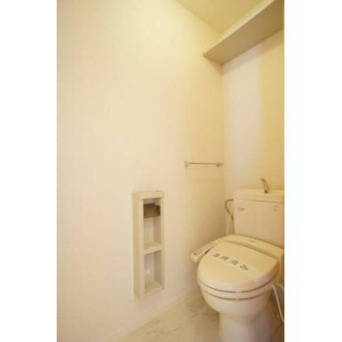 【トイレ】今や老若男女に必須アイテムの洗浄機能付暖房便座です!上部には空間を利用しトイレットペーパー