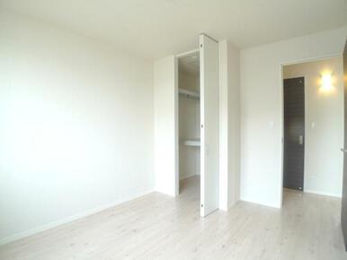 【洋室】北側6帖の洋室です。クロスは白で統一し、清潔感があります♪