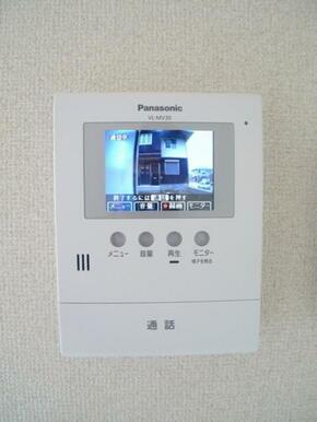 【インターホン】来訪者を映像で確認できるテレビモニター付インターホンです☆
