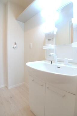 【洗面所】洗濯機スペースと、足を濡らさずに使える独立洗面化粧台です☆