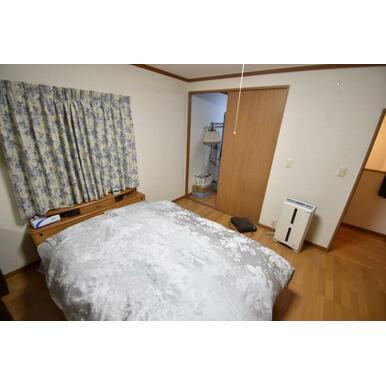 広々とした納戸付きの寝室
