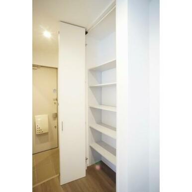 玄関とキッチンの間に壁一面使える収納があります。天井まできっちり使える折戸が設置されており使い手のあ