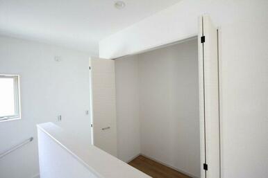 2階の廊下に大きい収納があります。