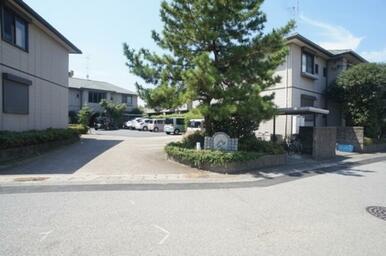駐車場の入り口です。同物件が複数棟建ち並ぶタウンの一角です。