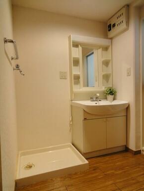 独立洗面化粧台。写真は別室のものです。備品は装飾用です。