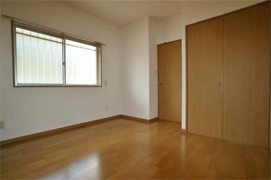 北側洋室(約5帖)。写真は別室のものです。