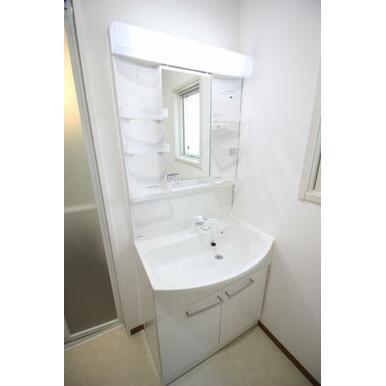 収納付きの洗面化粧台。歯磨き粉や化粧品などたくさん収納出来ます!