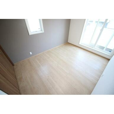 アクセントクロスを採用したオシャレな主寝室。3階建てにつき爽やかなそよ風も通り抜けます!
