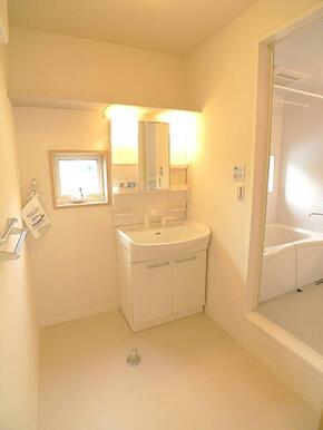 広々洗面所には洗濯機置場と広い洗面化粧台があります。