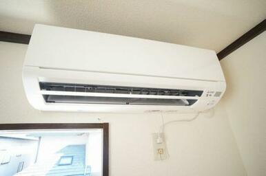 キッチンから繋がった洋室にはエアコン設置されています。