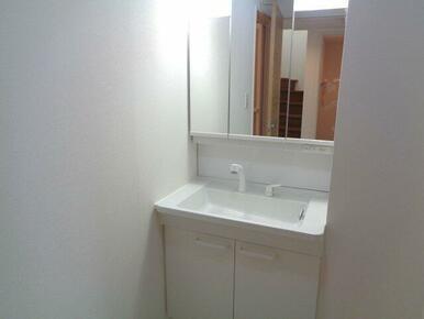 鏡の裏にも収納あり。歯ブラシやスキンケア用品などを入れるのがおすすめです♪