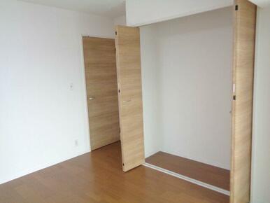 【2F洋室(約7.1帖)】お好みのハンガーラックや収納棚を使い、自分だけの収納スペースに。