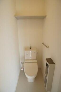 【トイレ】 洗浄機能付暖房便座、トイレットペーパー収納付ホルダー、タオル掛け、収納棚が付いてます。